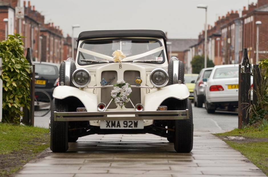 wedding car arriving at st matthews